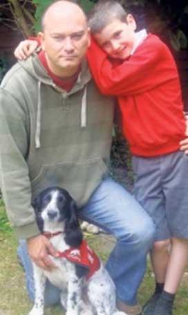 Neil Dowling, suo figlio Jack e Roots, un cocker addestrato per riconoscere le crisi ipoglicemiche nell'uomo e in suo figlio, entrambi diabetici. Roots proviene da Medical Detection Dogs ed è stato addestrato da Claire Guest.