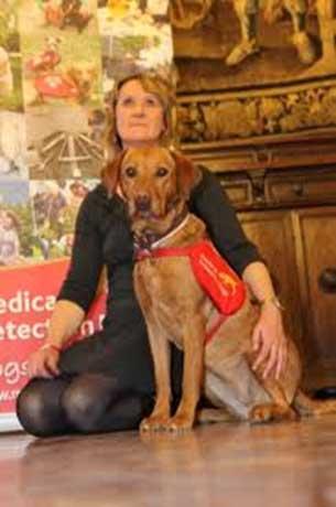 Claire Guest e la Cancer Detection Dog Daisy. Qualche tempo fa Daisy ha iniziato ad annusare insistentemente Claire in un punto, inducendola così a sottoporsi ad indagini approfondite: si è scoperto che Claire aveva un tumore che è stato curato con successo.