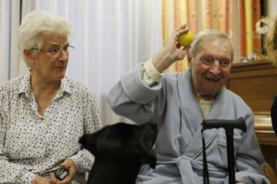 016 Ciko gioca con un paziente